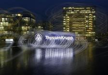 Selon le site internet du quotidien économique Nikkei, ThyssenKrupp cèdera son aciérie aux Etats-Unis à un consortium regroupant ArcelorMittal et Nippon Steel & Sumitomo Metal dans le cadre d'une transaction représentant 200 milliards de yens (1,46 milliard d'euros). /Photo prise le 18 novembre 2013/REUTERS/Ina Fassbender