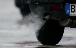 Les Etats membres de l'Union européenne se sont entendus mardi pour repousser l'entrée en vigueur d'une nouvelle norme anti-pollution dans l'automobile, conformément aux souhaits de l'Allemagne qui réclamait l'abandon d'un précédent accord conclu en juin. La limite de 95g de CO2 par kilomètre pour les véhicules neufs devra être respectée à 100% à compter de 2021 et non plus 2020. /Photo d'archives/REUTERS