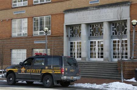 A sheriff's vehicle sits outside of Steubenville High School after a threat that police determined was ''non-viable'' was received in Steubenville, Ohio, January 8, 2013. REUTERS/Jason Cohn