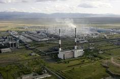 Вид на Саяногорский алюминиевый завод Русала 19 июня 2009 года. Приостановка крупнейшим в мире производителем алюминия Русалом ряда заводов в России и отсрочка Богучанского алюминия в Сибири позволит ему сократить потребление электроэнергии на 21 миллиард киловатт-часов или 2 процента от общего спроса 2012 года, что будет давить на спотовые энергоцены в РФ и несколько поддержит экспорт в Скандинавию. REUTERS/Sergei Karpukhin