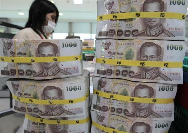 11月27日、タイ中央銀行は、予想外に政策金利を25ベーシスポイント(bp)引き下げ、2.25%にした。写真は2010年、バンコクの銀行で撮影(2013年 ロイター/Sukree Sukplang)