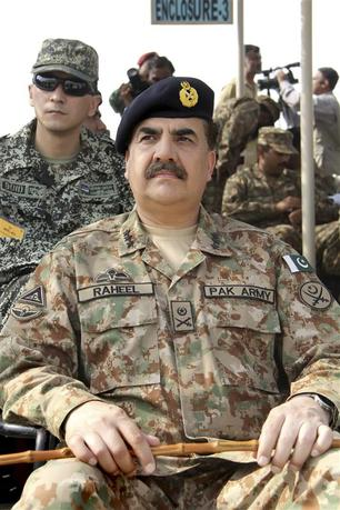 Pakistan's Lieutenant-General Raheel Sharif attends a military exercise in Khairpure Tamay Wali in Bahawalpur district November 4, 2013. REUTERS/Qamar Pervez