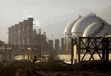 Вид на нефтехимический комплекс в Ассалуйе в иранской части Персидского залива 28 мая 2006 года. Иран начал переговоры с потенциальными инвесторами в его нефтегазовую отрасль, сообщил министр нефтяной промышленности Ирана Биджан Занганех газете Financial Times. REUTERS/Morteza Nikoubazl