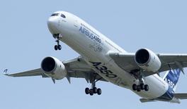 O novo Airbus A350 voa sobre o aeroporto de Toulouse-Blagnac durante seu vôo inaugural no sudoeste da França. Foto tirada em Blagnac, na França. A Airbus planeja ter mais aeronaves operando na América Latina do que a rival norte-americana Boeing pela primeira vez em 2014, disse o principal executivo da empresa europeia na região. 14/06/2013. REUTERS/Jean-Philippe Arles