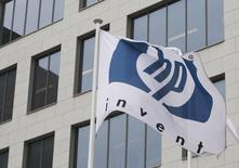 Logo da HP é fotografado do lado de fora da sede belga da empresa, em Diegem. A receita do quarto trimestre fiscal da Hewlett-Packard caiu 3 por cento, com o encolhimento das vendas de computadores pessoais e impressoras, mas a receita do negócio empresarial ajudou a ofuscar um encolhimento do negócio de computadores pessoais, sinal que levantou as ações da companhia no after-market em mais de 7 por cento. 12/01/2010. REUTERS/Thierry Roge