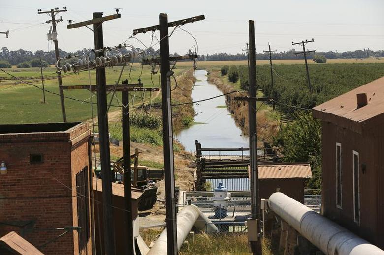 Water is transferred from the Sacramento River through an irrigation station and into farm fields in the Sacramento San Joaquin River Delta near Isleton, California September 4, 2013. REUTERS/Robert Galbraith