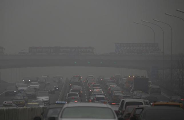 Cars drive on and below Guomao Bridge on a heavily hazy day in Beijing January 30, 2013. REUTERS/Jason Lee