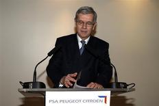 Philippe Varin, le président du directoire de PSA Peugeot Citroën, a renoncé mercredi aux dispositions prévues par le groupe automobile pour sa retraite-chapeau en raison de la polémique qu'elles suscitent. Philippe Varin quittera dans le courant de l'année 2014. /Photo prise le 27 novembre 2013/REUTERS/Benoît Tessier