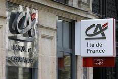 Le Crédit agricole prévoit de fermer une cinquantaine de ses agences en Ile-de-France d'ici à 2015, selon Les Echos. Le quotidien écrit que le projet ne devrait pas entraîner de suppressions d'emplois. /Photo prise le 7 novembre 2013/REUTERS/Jacky Naegelen