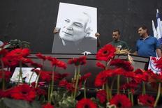 Um pôster com a foto do popular cantor israelense Arik Einstein é colocado sobre seu caixão antes de uma cerimônia em seu funeral na praça Rabin, em Tel Aviv, Israel, nesta quarta-feira. 27/11/2013 REUTERS/Nir Elias