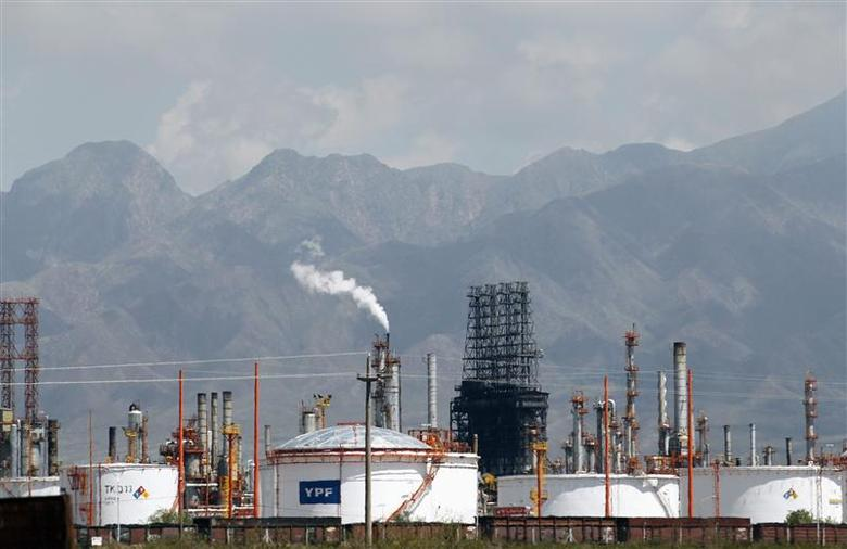 A refinery of petrol company YPF is seen in Lujan De Cuyo, in the Andean Argentine province of Mendoza January 22, 2013. REUTERS/Enrique Marcarian