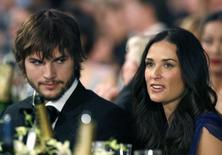 Actor Ashton Kutcher (L) sits with wife actress Demi Moore (R) at the 13th Annual Screen Actors Guild Awards in Los Angeles January 28, 2007. REUTERS/Mario Anzuoni