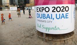 Рекламная тумба на пляже в Дубае 20 октября 2013 года. Дубай выиграл право провести выставку Expo-2020, обойдя конкурентов - российский Екатеринбург, бразильский Сан-Паоло и турецкий Измир в результате голосования в среду. REUTERS/Ahmed Jadallah