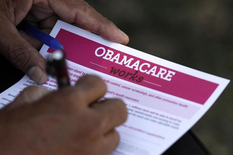 A man fills out an information card during an Affordable Care Act outreach event hosted by Planned Parenthood for the Latino community in Los Angeles, California September 28, 2013. REUTERS/Jonathan Alcorn