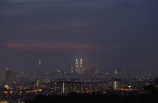 Malaysia's landmark Petronas Twin Towers (C) stands tall in the heart of the capital Kuala Lumpur August 25, 2013. REUTERS/Bazuki Muhammad