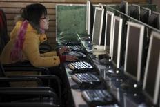 """Dans un cybercafé à Shanghai. Le renforcement par la Chine des sanctions contre la diffusion de """"rumeurs"""" en ligne a permis de """"nettoyer"""" internet avec succès, s'est félicité jeudi le responsable chinois chargé de la régulation de la Toile. /Photo d'archives/REUTERS/Nir Elias"""