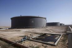 Нефтяные хранилища в ливийском порту Марса-эль-Харига 20 августа 2013 года. Цены на нефть Brent держатся выше $111 за баррель из-за опасений за поставки из Ливии, но значительный рост запасов нефти в США сдерживает повышение цен. REUTERS/Ismail Zitouny