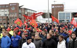 Funcionários da Airbus protestam em frente à sede alemã contra medidas de reestruturação planejadas, em Hamburgo. Mais de 20 mil trabalhadores da EADS na Alemanha foram às ruas nesta quinta-feira para protestar contra os planos de reestruturação da companhia europeia do setor aeroespacial, com receio de que estes planos custariam milhares de empregos. 28/11/2013 REUTERS/Fabian Bimmer