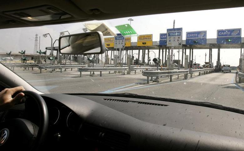 A driver approaches an Autostrade motorway toll along a highway on the outskirts of Rome April 24, 2006. REUTERS/Chris Helgren