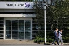 Un an après l'avoir quitté, Alcatel-Lucent pourrait réintégrer l'indice CAC 40 le mois prochain, à en croire des rumeurs croissantes sur le marché, l'action de l'équipementier télécoms en phase de redressement étant revenu à son niveau de l'été 2011. /Photo prise le 8 octobre 2013/REUTERS/Stéphane Mahé
