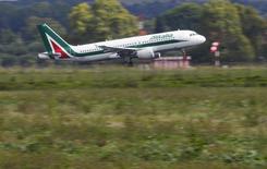Alitalia a réuni un peu plus de la moitié des 300 millions d'euros que la compagnie aérienne italienne cherchait à lever par le biais d'une augmentation de capital et a dit jeudi s'attendre à réunir le complément auprès des services publics postaux et d'autres investisseurs. /Photo prise le 9 octobre 2013/REUTERS/Max Rossi