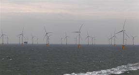 EDF Energies nouvelles et GDF Suez seront candidats aux deux lots prévus dans le cadre du deuxième appel d'offres lancé par la France pour des éoliennes en mer. Le contrat porte sur quelque 200 éoliennes au large du Tréport (Seine-Maritime) et des îles d'Yeu et de Noirmoutier (Vendée) pour une capacité totale de 1.000 mégawatts - équivalant à la puissance d'un réacteur nucléaire. /Photo d'archives/REUTERS/Stefan Wermuth