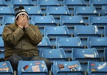 """Болельщик """"Тоттенхэма"""" после разгромного поражения """"шпор"""" в матче чемпионата Англии против """"Манчестер Сити"""" 24 ноября 2013 года. REUTERS/Nigel Roddis"""