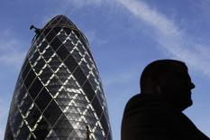 Мужчина проходит рядом с небоскребом Мэри-Экс в Лондоне 21 января 2010 года. Более 3.500 банкиров в Европе заработали 1 миллион евро ($1,4 миллиона) или больше за прошлый год после скачка вознаграждений по всему континенту и в Британии, где высокооплачиваемых финансистов в 12 раз больше, чем в любой другой стране. REUTERS/Luke MacGregor