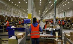 Trabajadores manipulan ítems para entrega en el nuevo centro de distribución de Amazon en Brieselang. Amazon.com no tiene intención de ceder a la presión de los trabajadores en huelga en Alemania, su segundo mayor mercado por detrás de Estados Unidos, y está más preocupada por si el mal tiempo perjudica las entregas de Navidad, dijo el responsable en el país. REUTERS/Tobias Schwarz