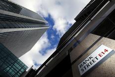 Foto de arquivo de uma placa para a Bank Street e prédios de escritórios no distrito financeiro em Canary Wharf, em Londres. Mais de 3.500 profissionais do mercado bancário na Europa receberam 1 milhão de euros (1,4 milhão de dólares) ou mais no ano passado após um grande salto em todo o continente e na Grã-Bretanha, que teve 12 vezes mais profissionais com alta remuneração do que qualquer outro país. 21/10/2010 REUTERS/Luke Macgregor/Files