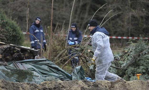 Police experts inspect the crime scene in Gimmlitztal near the town of Hartmannsdorf-Reichenau, south of Dresden, November 29, 2013. A German policeman has been arrested after the chopped-up body of a man he met on a fetishist website for cannibalism was found buried in his garden, police in the eastern city of Dresden said on Friday. REUTERS-Pawel Sosnowski