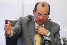 """El ministro de Economía de Perú, Luis Castilla, habla durante una conferencia de prensa en Lima. 18 de febrero, 2013. Perú está en un franco proceso de recuperación económica debido al empuje de su inversión privada y pública en el último trimestre del año, con lo que se vislumbra para el 2014 un año """"muy positivo"""" en el importante país productor de minerales, dijo el viernes Castilla. REUTERS/Enrique Castro-Mendivil (PERU - POLITICA NEGOCIOS)"""