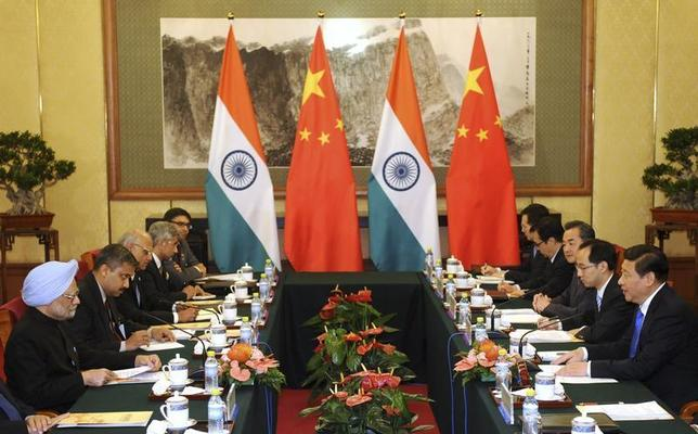 China's President Xi Jinping (R) talks with India's Prime Minister Manmohan Singh (L) during a meeting at the Diaoyutai State Guesthouse in Beijing October 23, 2013. REUTERS/Peng Sun/Pool