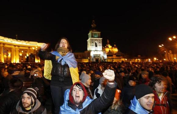 People supporting EU integration hold a rally in front of the Mikhailovsky Zlatoverkhy Cathedral (St. Michael's Golden-Domed Cathedral) in Kiev, November 30, 2013. REUTERS/Vasily Fedosenko