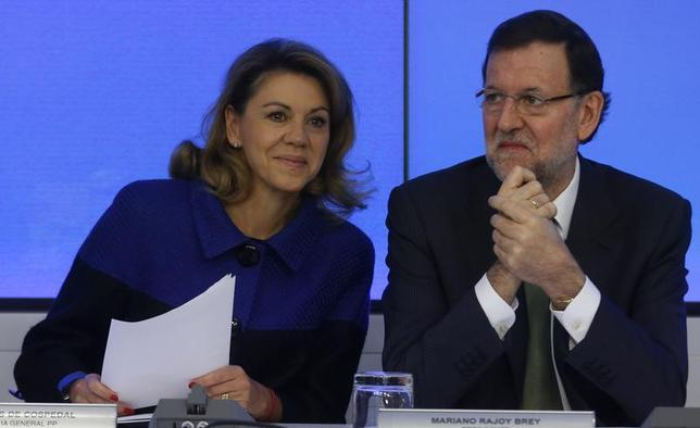 Spain's Prime Minister Mariano Rajoy (R) sits beside Maria Dolores de Cospedal, secretary-general of the ruling People's Party (PP), at the start of PP National Executive board meeting in Madrid November 25, 2013. REUTERS/Sergio Perez