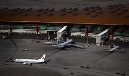 Las aerolíneas estadounidenses United , American y Delta, han notificado a las autoridades chinas planes de vuelo para sus viajes que pasen por una zona de defensa aérea que Pekín declaró sobre el Mar de China Oriental, tras el consejo del Gobierno estadounidense. Foto del 3 de julio de 2012. REUTERS/David Gray