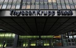 ThyssenKrupp, n°1 allemand de l'acier, compte sur un projet d'augmentation de capital pour lever jusqu'à un milliard d'euros et assainir ainsi sa situation financière. /Photo prise le 29 novembre 2013/REUTERS/Ina Fassbender