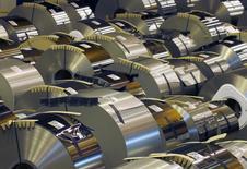 Bobinas de aço em fábrica da ArcelorMittal, em Florange, na França, 18 de outubro de 2013. A aquisição pela ArcelorMittal de fábrica nos Estados Unidos em conjunto com a Nippon Steel & Sumitomo Metal Corp não afetará as metas de dívida da companhia do setor siderúrgico, disse seu presidente-executivo, Lakshmi Mittal, neste domingo. 18/10/2013 REUTERS/Vincent Kessler