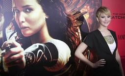 """Jennifer Lawrence, parte del elenco de """"The Hunger Games: Catching Fire"""" asiste al estreno del filme en Nueva York. 20 de noviembre, 2013. """"The Hunger Games: Catching Fire"""" mantuvo su dominio de la taquilla norteamericana durante el fin de semana del Día de Acción de Gracias, recaudando 110,2 millones de dólares para superar al estreno de la nueva película animada de Disney """"Frozen"""" y llevar su total a unos 300 millones de dólares. REUTERS/Carlo Allegri (ESTADOS UNIDOS - ENTRETENIMIENTO)"""