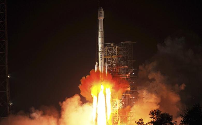 The Long March-3B rocket carrying the Chang'e-3 lunar probe blasts off from the launch pad at Xichang Satellite Launch Center, Sichuan province December 2, 2013. REUTERS/China Daily