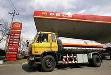 Бензовоз на АЗС компании PetroChina в Пекине 25 марта 2010 года. Цены на нефть Brent поднялись выше $110 за баррель благодаря высокой производственной активности в Китае и перебоям в поставках нефти из Ливии. REUTERS/Jason Lee