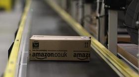 """Коробка на ленточном конвейере в распределительном центре Amazon в Бризеланге 28 ноября 2013 года. Amazon.com Inc тестирует доставку товаров с помощью беспилотников, сказал глава компании Джефф Безос в эфире телепрограммы """"60 минут"""" на CBS. REUTERS/Tobias Schwarz"""