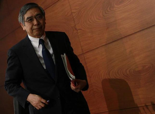 Bank of Japan Governor Haruhiko Kuroda leaves a news conference at the BOJ headquarters in Tokyo October 31, 2013. REUTERS/Yuya Shino