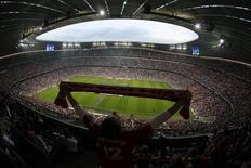 """Болельщик """"Баварии"""" держит шарф на стадионе в Мюнхене 22 мая 2010 года. REUTERS/Wolfgang Rattay"""