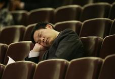 Чиновник спит во время пленарного заседания Всекитайского собрания народных представителей в Пекине 9 марта 2009 года. Китай наказал около 20.000 чиновников в прошлом году за различные нарушения правил, борясь с излишней бюрократией, помпезностью и шикарными церемониями, сообщило правительство в понедельник. REUTERS/Reinhard Krause