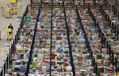 """Funcionária trabalha em centro de armazenamento da Amazon em Peerborough, região central da Inglaterra. A Amazon.com está testando pacotes de entrega usando drones, disse neste domingo o presidente-executivo, Jeff Bezos, no programa de televisão """"60 Minutes"""" da CBS. 28/11/2013. REUTERS/Phil Noble"""