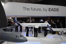 """Les groupes Lagardère et Daimler ont été renvoyés en correctionnelle pour """"délit d'initié"""" dans l'enquête sur les mouvements de titres suspects dans le groupe européen d'aéronautique et de défense EADS en 2006/Photo d'archives/REUTERS/Tobias Schwarz"""