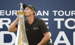 Henrik Stenson of Sweden kisses his 2013 Race to Dubai trophy after winning the DP World Tour Championship in Dubai November 17, 2013. REUTERS/Caren Firouz