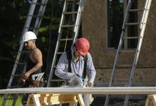 Carpinteiros trabalham em uma construção em Brandywine, nos Estados Unidos. Os gastos com construção nos Estados Unidos subiram para o nível mais alto em quase quatro anos e meio em outubro, com uma recuperação em projetos de construção pública compensando queda nos gastos privados. 31/05/2013. REUTERS/Gary Cameron