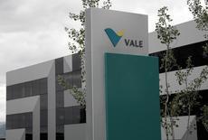"""O logotipo da Vale visto no seu escritório central de vendas em Saint-Prex, perto de Genebra. A Vale, maior produtora de minério de ferro do mundo, prevê investir 14,8 bilhões de dólares em 2014, no que marcará o terceiro ano consecutivo de redução do orçamento, refletindo """"maior foco na eficiência de capital"""". 04/06/2012 REUTERS/Denis Balibouse"""